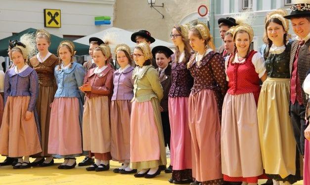 Kleurrijke mensen aan de Donau