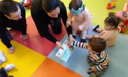 Kind met meerdere opvoeders: Thuis bij ouders, opa's en oma's en leidster op crèche