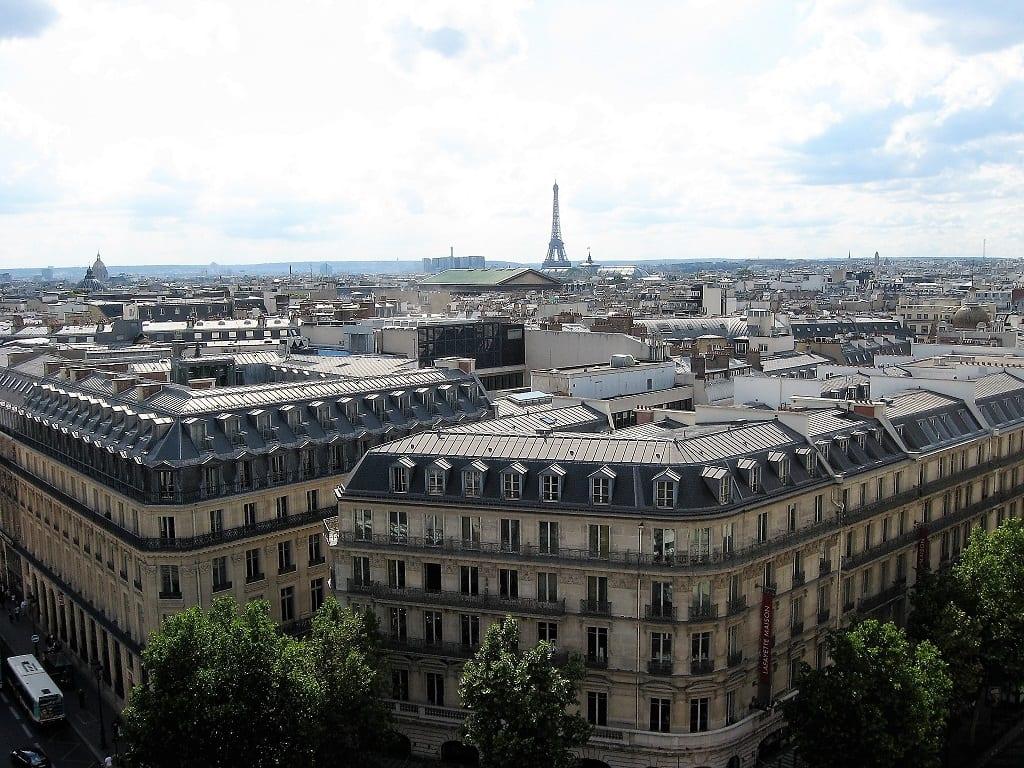 En in de verte de Eiffeltoren boven Parijs.