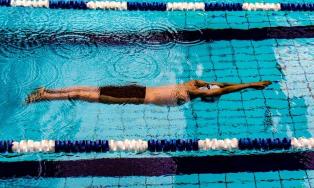 Kees moet -opnieuw- zwemmen, nu in coronatijd