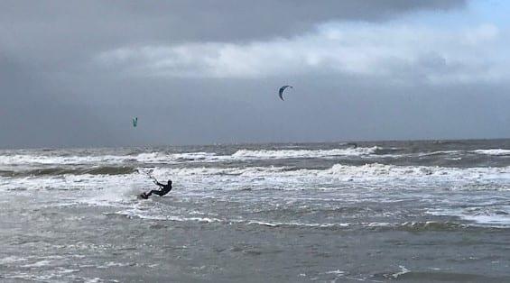 Wijk aan Zee: lopen tussen surfers en strandzeilers