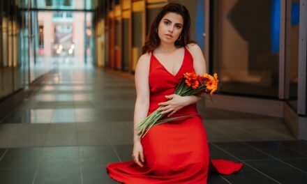 Vrouw, durf te leven: kies voor rood in de winkelstraat!